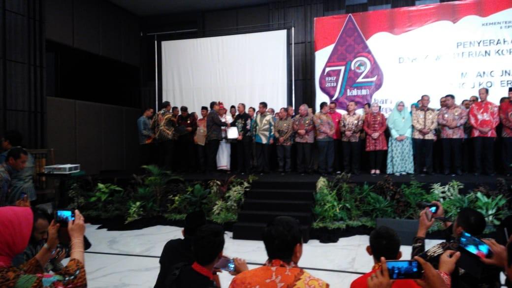 Bupati Purworejo Menerima Penghargaan Tanda Bakti Koperasi dan UKM